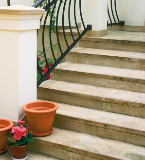 Czym wykończyć schody betonowe zewnętrzne