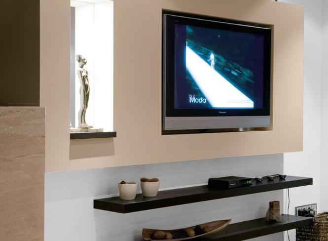 Radzimy, jak samodzielnie powiesić telewizor na ścianie i ukryć kable. Zrób to sam