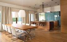 Nowoczesna kuchnia połączona z salonem. Zobacz, jak wyposażyć i zaaranżować kuchnię otwartą na salon