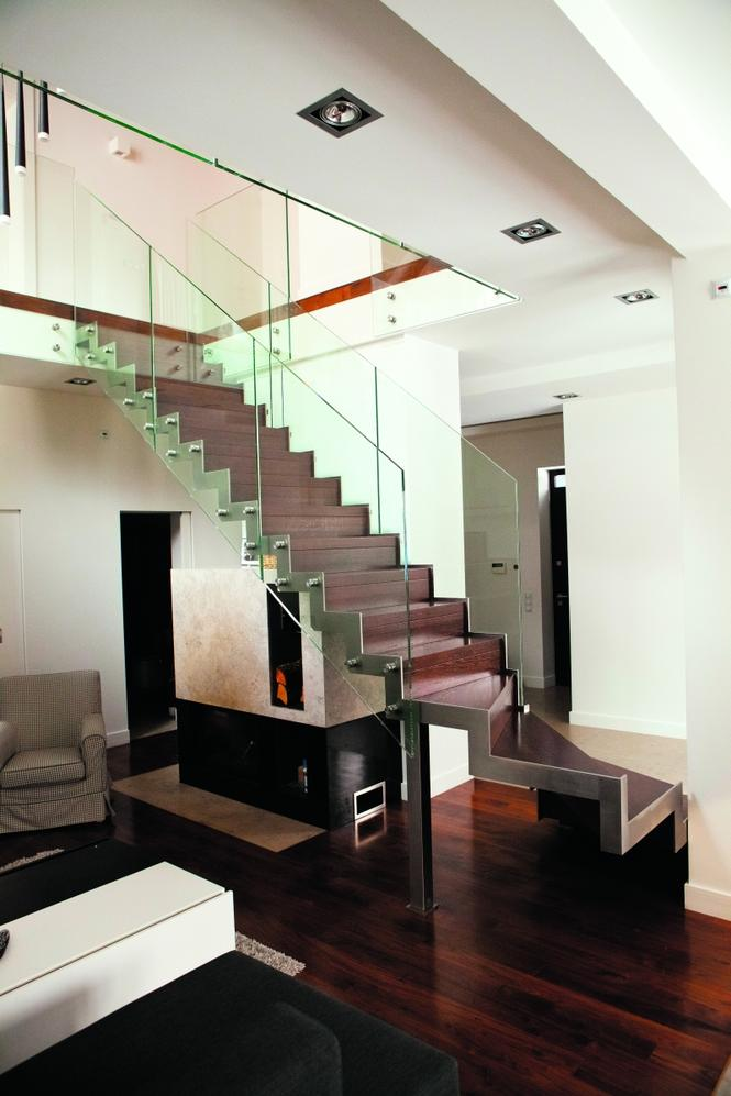 Schody gotowe ze szklaną balustradą