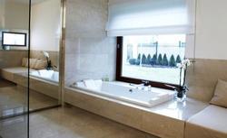 Jakie płytki do łazienki? Łazienka jasna czy ciemna...