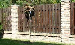 Ogrodzenia posesji - rodzaje. Ogrodzenia drewniane, metalowe, betonowe i kamienne