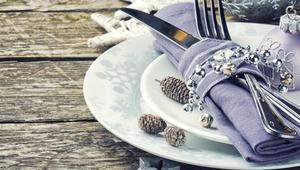 Stół w blasku srebra. Jak udekorować stół na święta?