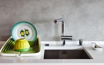 Zmywarka czy mycie ręczne? Kiedy zużywasz więcej wody?