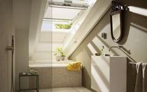 Nowoczesne poddasze: okna dachowe i rolety na baterie słoneczne