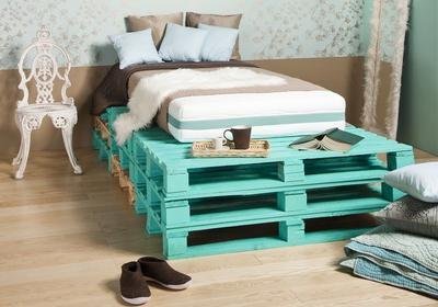 Jak zrobić łóżko z drewnianych palet – instrukcja krok po kroku