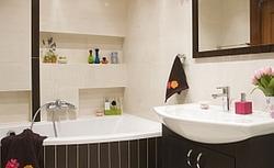 Mała biała łazienka z czarnymi akcentami - zgrabna aranżacja łazienki