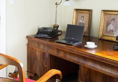 Jak ustawić biurko w domu. O tym pamiętaj, jeśli chcesz mieć zdrowe oczy i kręgosłup