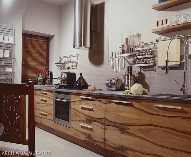 Nowoczesna kuchnia połączona z salonem Zobacz, jak   -> Kuchnie Na Poddaszu Galeria